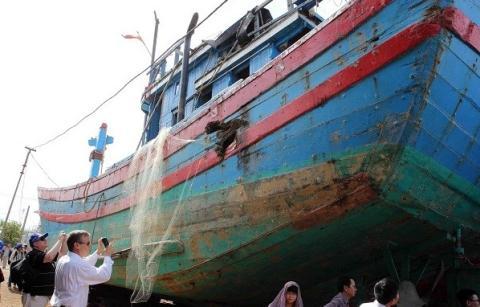 Đoàn đại biểu quốc tế thị sát chiếc tàu cá Việt Nam bị đâm Trung Quốc đâm thủng, được sửa chữa tại Đà Nẵng tháng 6/2014