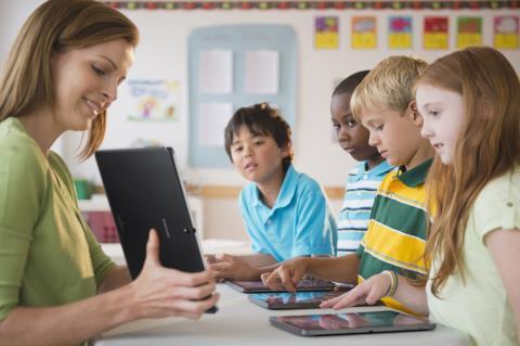 Giải pháp Samsung School hỗ trợ sự tương tác giữa giáo viên và học sinh trong lớp học.