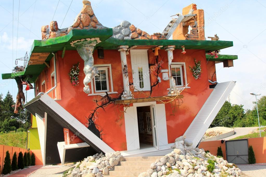 le haus steht kopf dans le tyrol en autriche une maison a l envers concu par les architectes polonais irek glowacki marek rozanski ouvert pour le