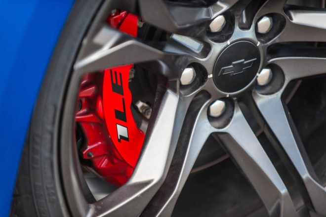 The SS 1LE uses14.6-inch two-piece rotors with six-piston monobloc calipers in the front, 13.3-inch rotors with four-piston calipers in the rear.