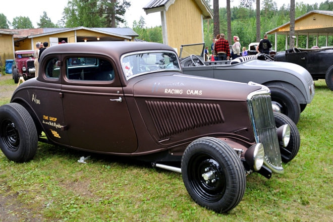 Fenderless: Ford models before 1935 look good fenderless, and here is a good example: A '34 five-window with a flat metallic dark red paint.