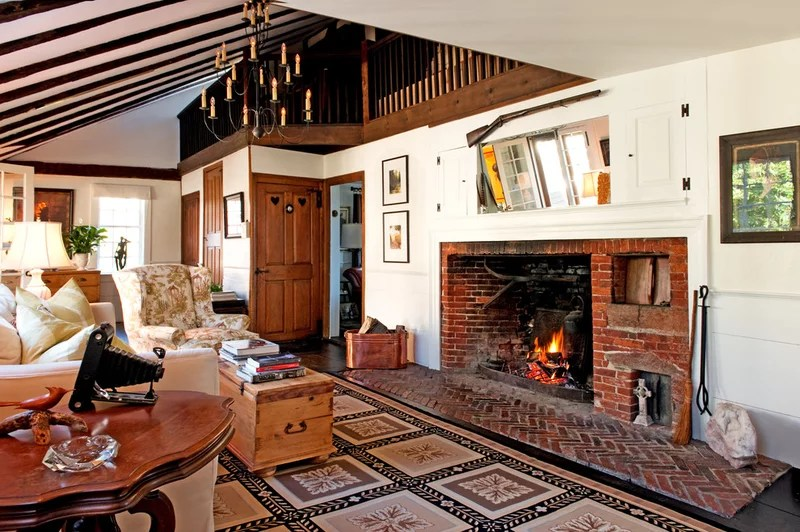 traditional living room by Mary Prince