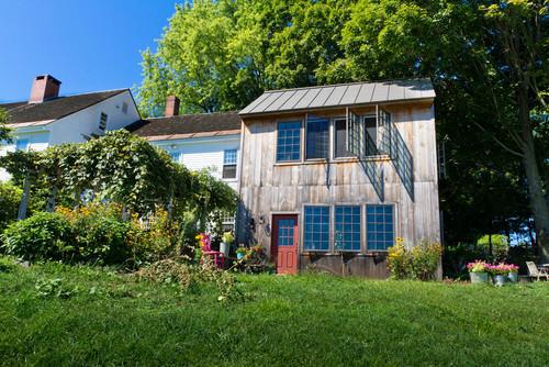 Casa branca antiga de 1751 ganhou anexo de madeira