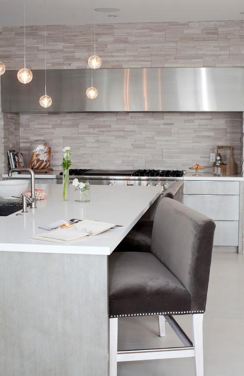 RoyaumeStyleDeco, cuisine; gris et blanc; mur de pierres