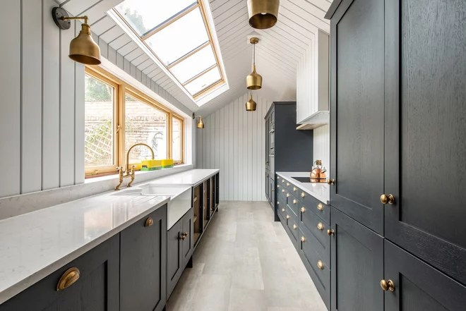 Transitional Kitchen by LEASK ARCHITECTURE