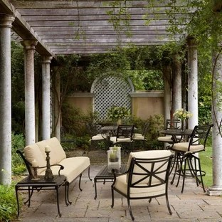 foto de patio clasico de tamano medio en patio con pergola y adoquines
