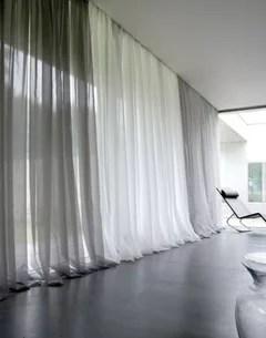 voilages rideaux sur un mur noir