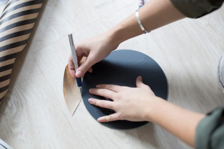 DIY des miroirs graphiques avec du papier peint