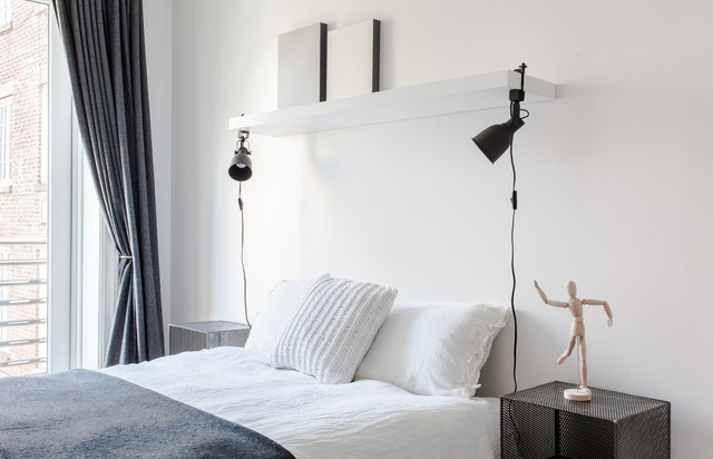 Tailored Simplicity for a Bright Chelsea Duplex minimalistisch-schlafzimmer