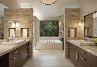 salle de bain avec un sol en travertin
