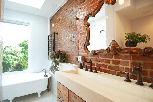 la brique dans la salle de bains