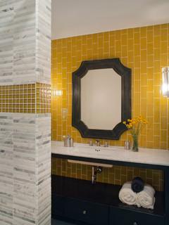 salle de bain avec un carrelage jaune