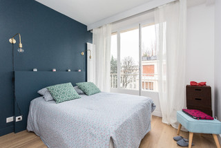 chambre scandinave avec un mur bleu