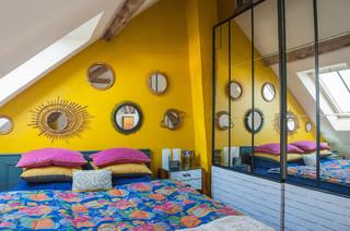 chambre avec un mur jaune photos et