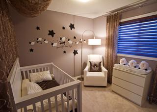 chambre de bebe avec un mur marron