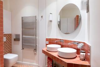 salle de bain avec un carrelage rose