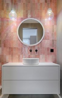 salle de bain avec un mur rose photos