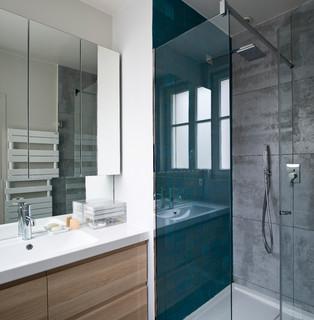 salle de bain turquoise avec un