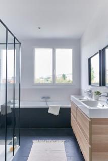 salle de bain avec un sol bleu photos