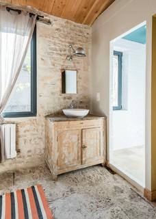 de bain avec un carrelage de pierre