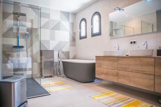 salle de bain avec un plan de toilette