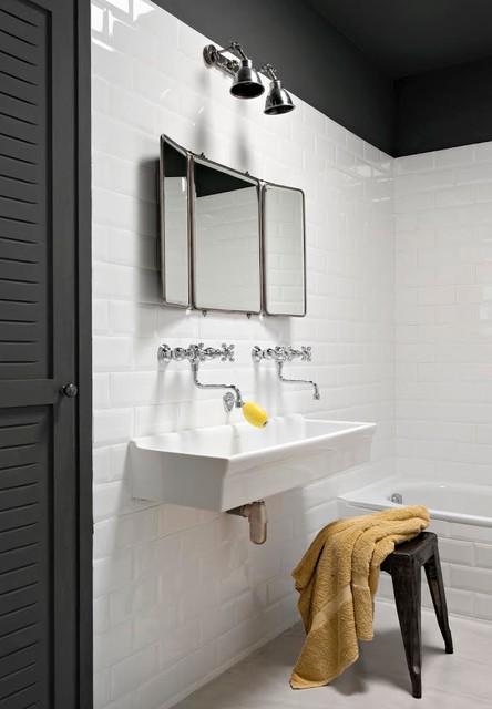 pimenter une salle de bains blanche