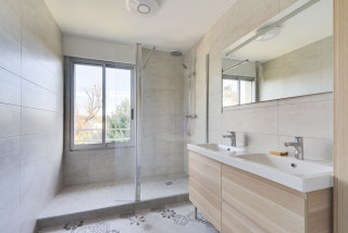 salle d eau avec un carrelage beige