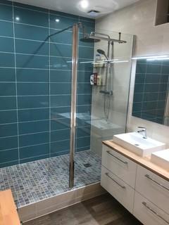 salle de bain avec un mur multicolore