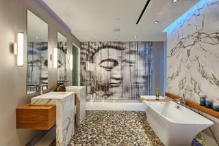 salle de bain avec un sol en galet