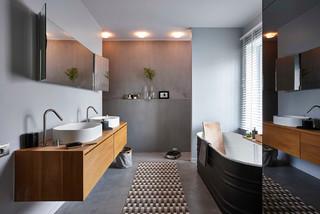 salle de bain avec beton au sol