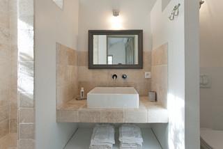 salle de bain avec un carrelage beige