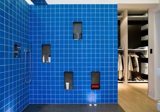 salle de bain avec un carrelage bleu