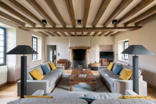 Salon Avec Un Mur Beige Et Un Plafond En Poutres Apparentes Photos Et Idees Deco De Salons Juillet 2021 Houzz Fr