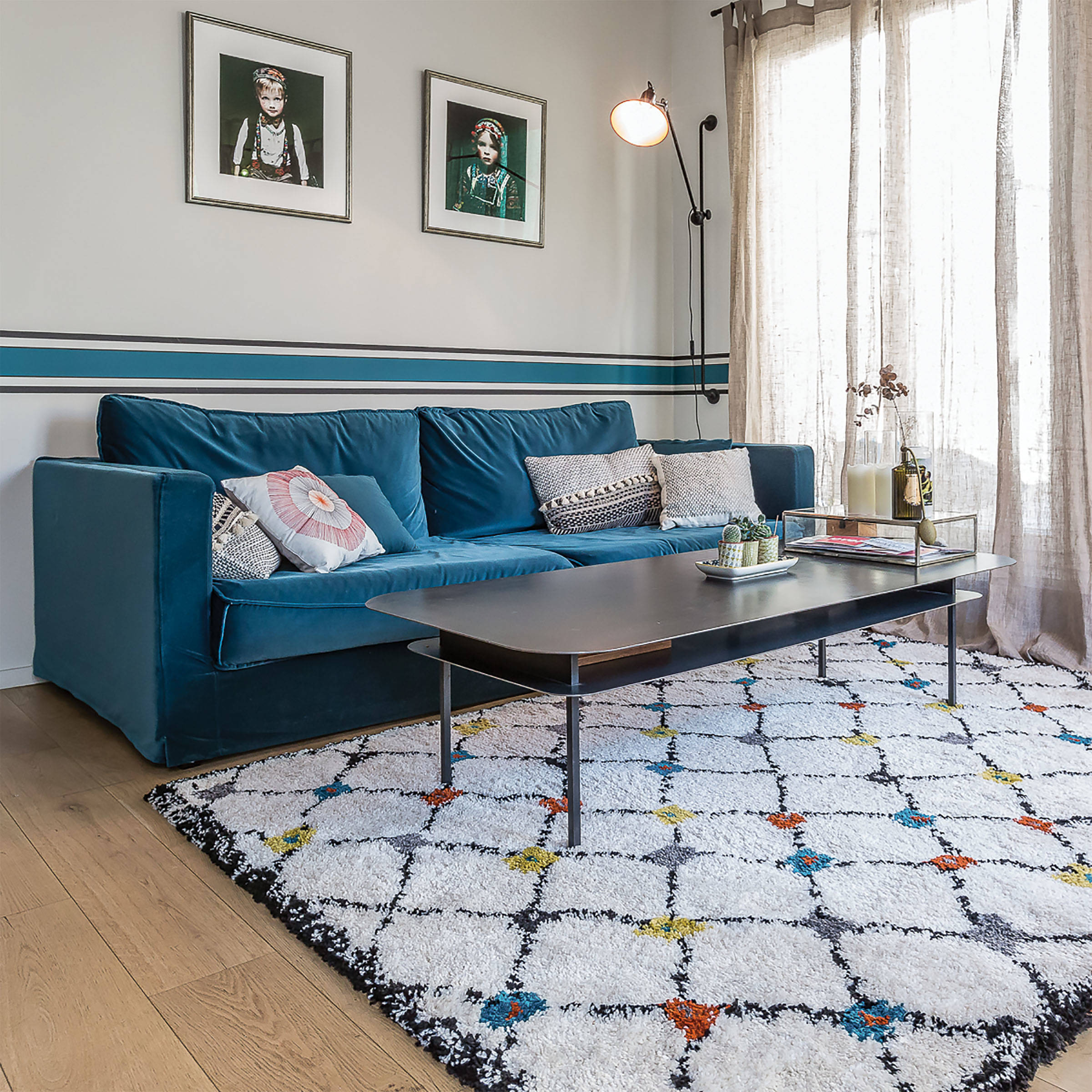 salon de type scandinave avec un tapis