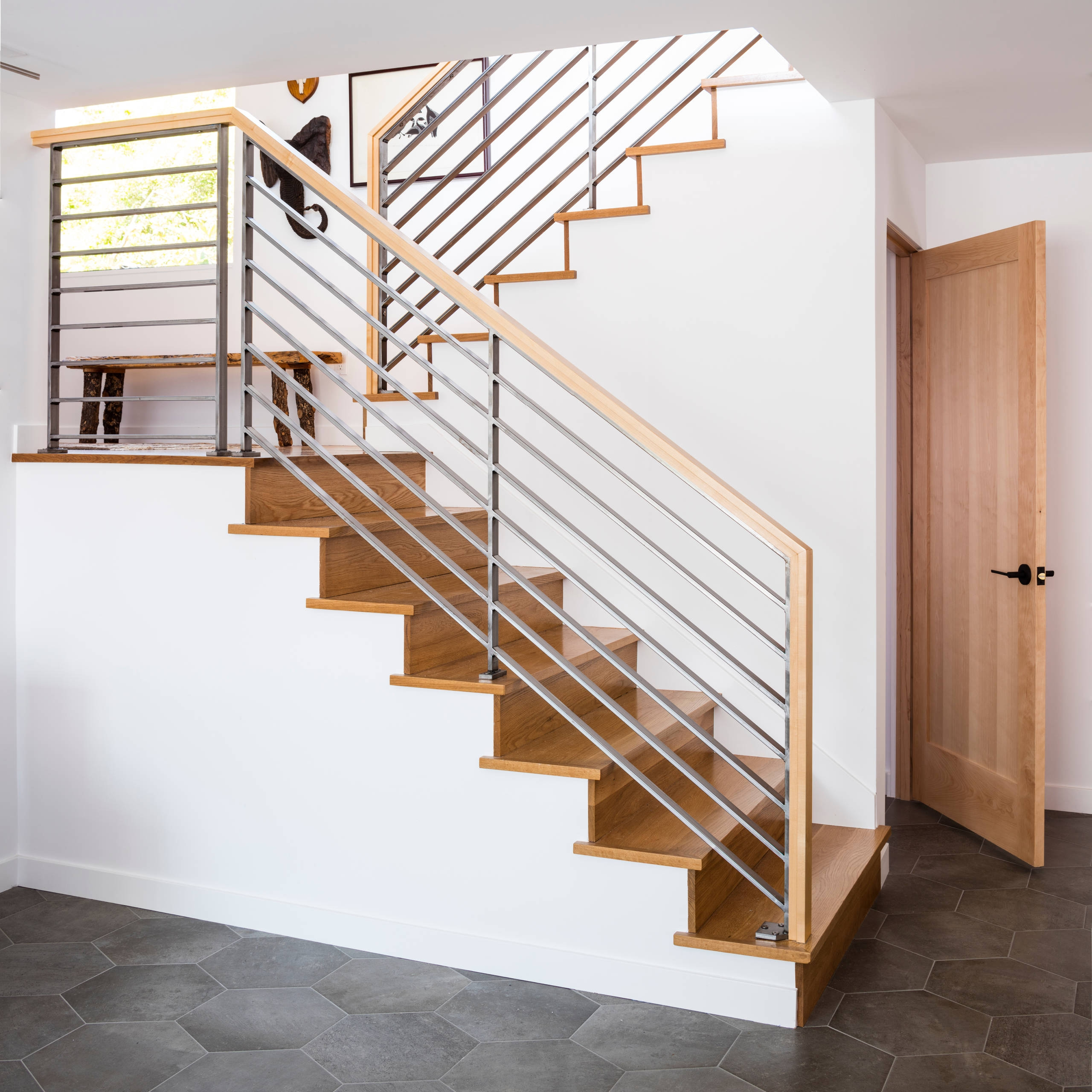 75 Beautiful Mid Century Modern Staircase Pictures Ideas | Mid Century Modern Stair Handrail | Vertical | Decorative | Fixer Up | Living Room | Contemporary Curved Staircase
