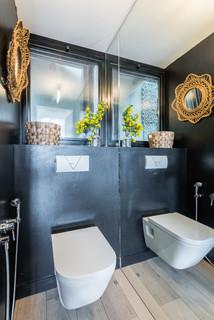 wc et toilettes avec un mur noir