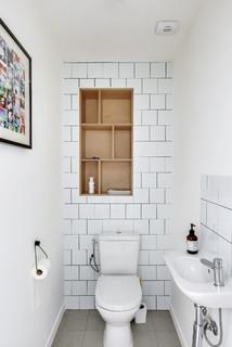 toilettes avec un placard sans porte
