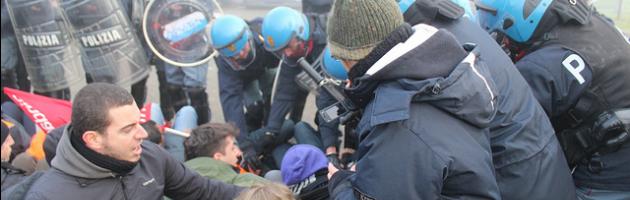 Guerriglia ai cancelli Ikea. 5 feriti nello scontro tra operai e polizia (gallery)