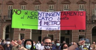 """Phase 2, from Milan to Turin: street vendors protest in the square. """"Invisible, they have abandoned us. We sell clothes and we stayed in our underwear"""