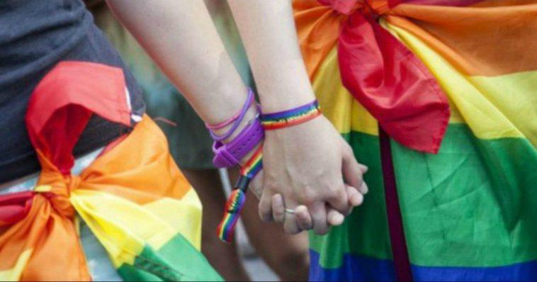 """Torino, tredicenni aggredite e picchiate all'uscita da scuola per la borsa arcobaleno: """"Siete delle lesbiche schifose"""""""