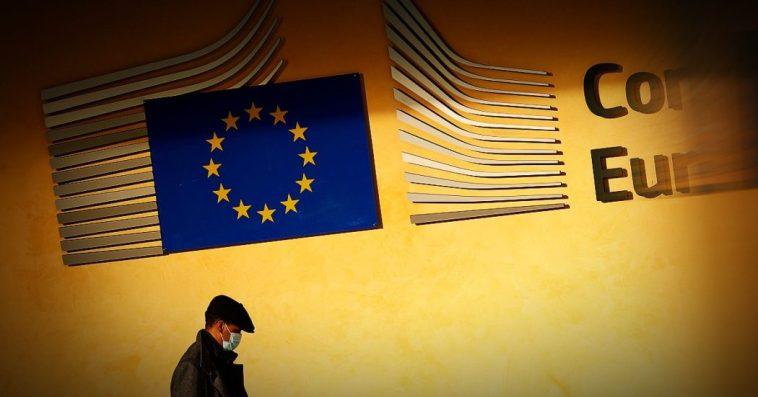"""Vaccino Coronavirus, l'Ue si spacca sui brevetti. Il Parlamento vota la liberalizzazione, ma la Commissione frena: """"Vanno protetti"""""""