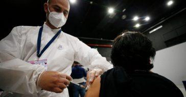 """Vaccino Pfizer, Regione Lazio: """"Esauriti gli slot di maggio"""". La Asl di Napoli finisce le scorte: gli hub chiudono almeno fino a mercoledì"""