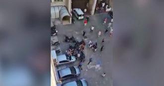 Napoli, rissa nel cortile dell'ospedale Pellegrini: parenti e amici di una vittima di un agguato tentato di fare irruzione – Video