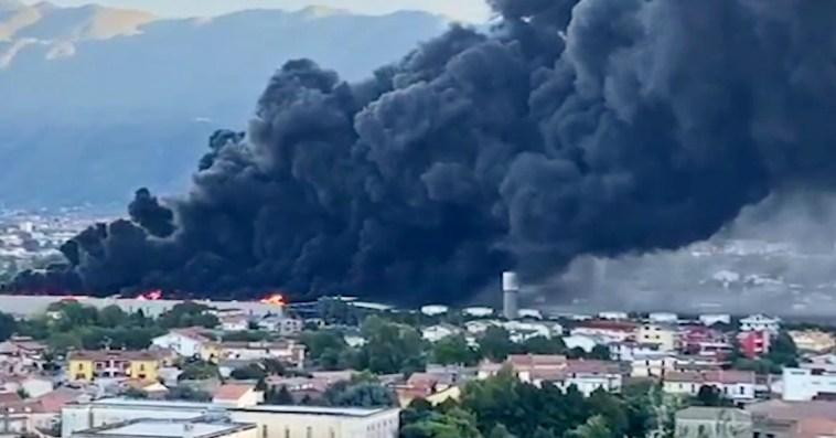 """Maxi-incendio in un capannone ad Airola, nube tossica fino a Napoli. Il sindaco: """"Abbandonate le case se investite dal fumo"""" – Video"""