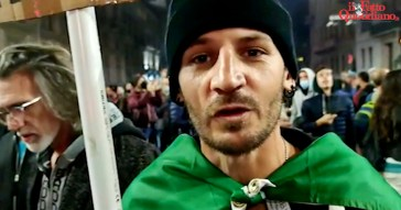"""Corteo no Green pass a Milano, i manifestanti si siedono per terra e bloccano il traffico: """"L'Italia è fondata sul lavoro, non sul certificato verde"""""""