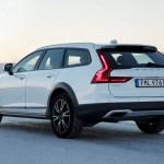 2017 Volvo V90 Cross Country rear three quarter 02