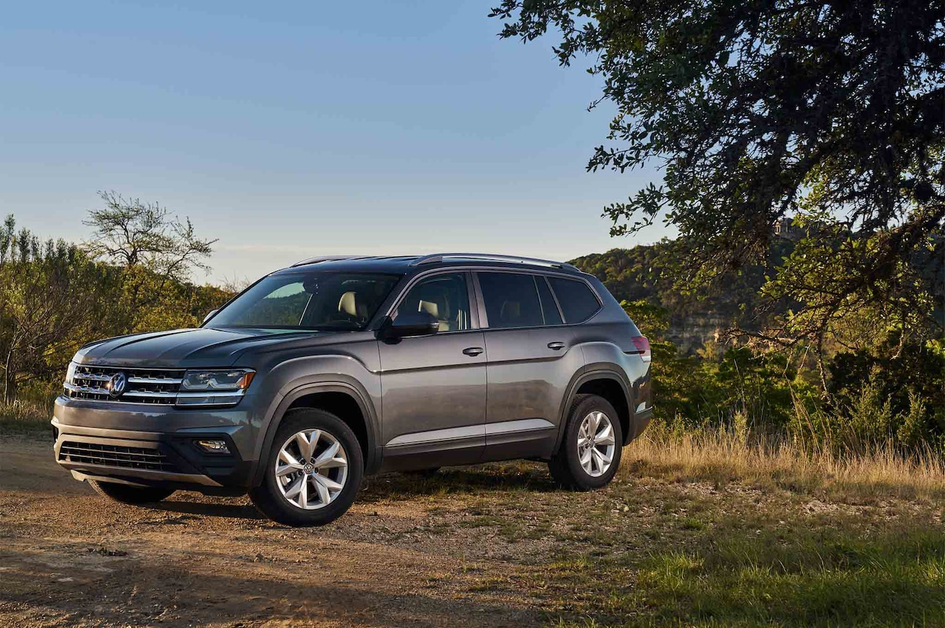 2018 Volkswagen Atlas front three quarter 01