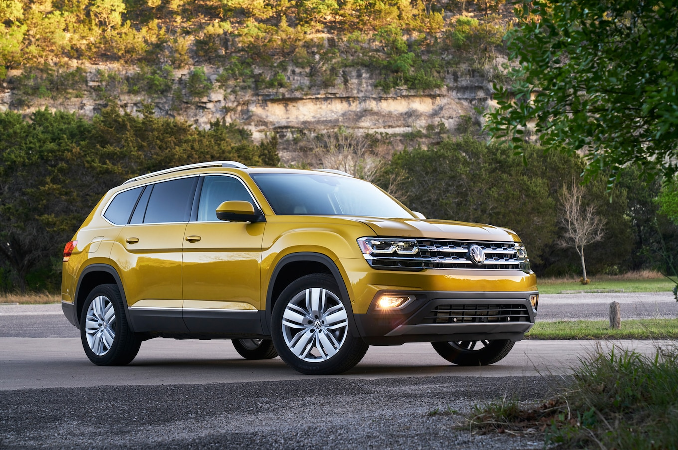 2018 Volkswagen Atlas front three quarter 05
