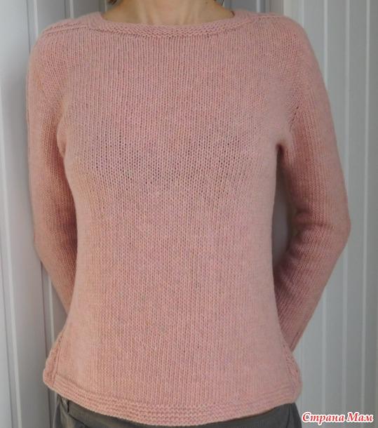 Пуловер с вставками по бокам и плечам.