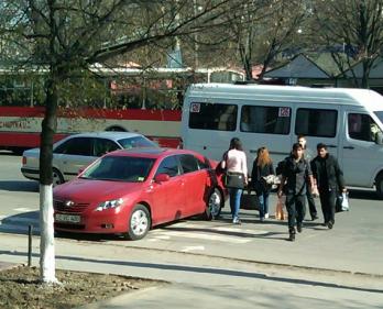 Șoferul parcat pe trecerea de pietoni a fost amendat